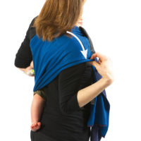 Open up and spread the material on your carrying shoulder, your arm and your back to distribute the baby's weight and make the wrap comfortable for you and your baby.
